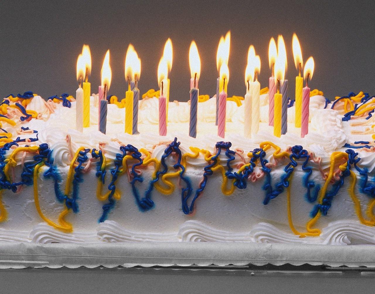 Праздничный торт и свечи в день рождения - С Днем Рождения поздравительные картинки