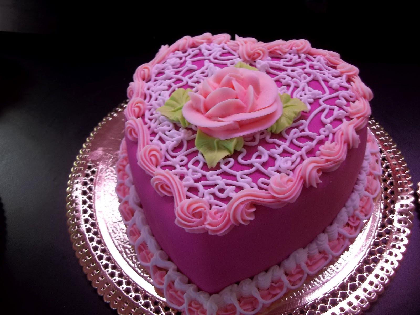 Торт на день рождения в форме сердца - С Днем Рождения поздравительные картинки