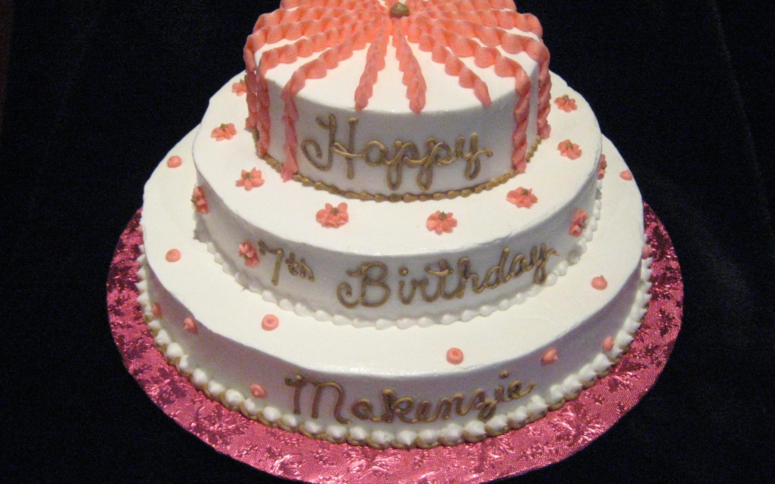 Вкусный торт ко дню рождения на черном фоне - С Днем Рождения поздравительные картинки