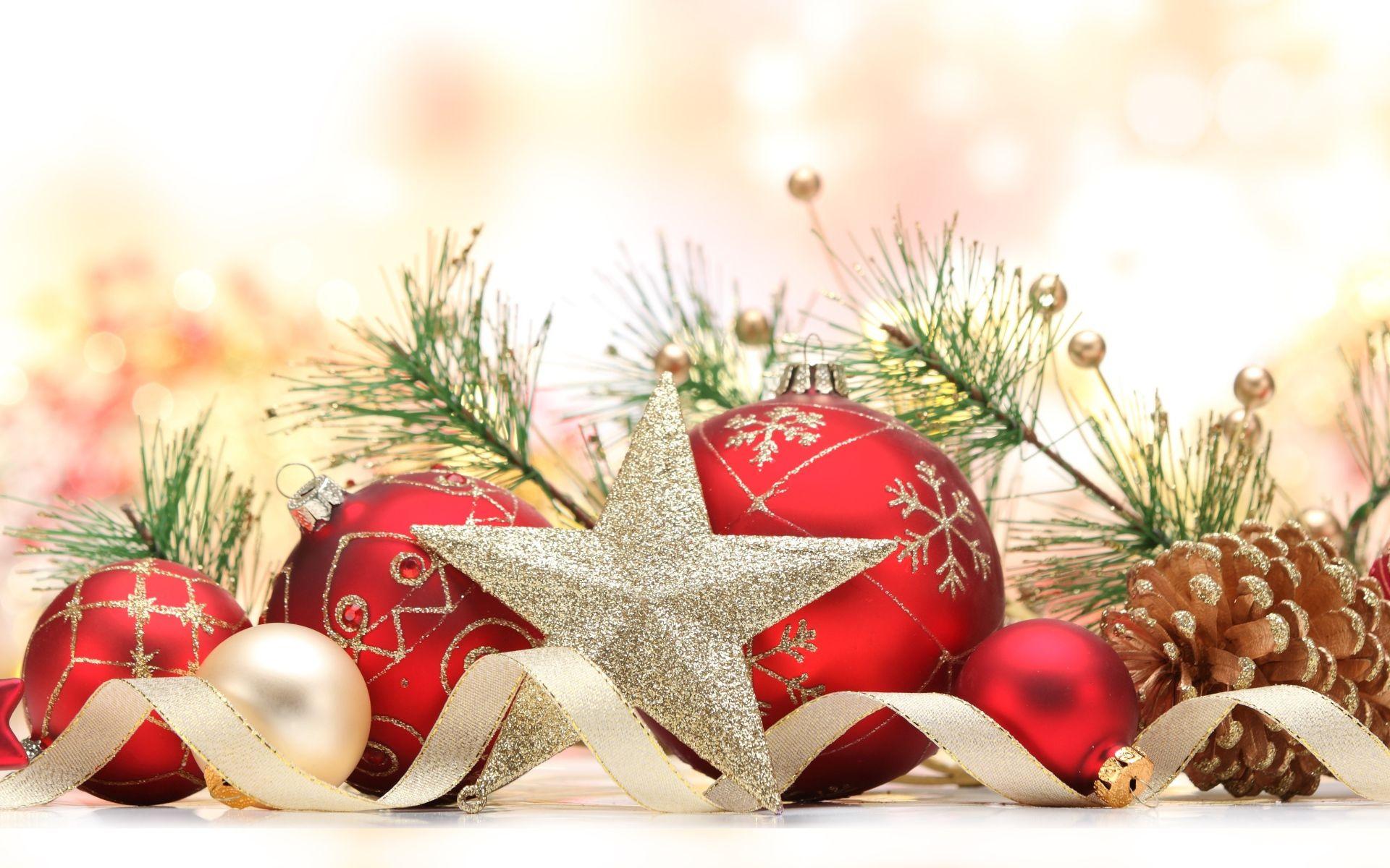 Рождество с красными шарами - C Рождеством Христовым поздравительные картинки