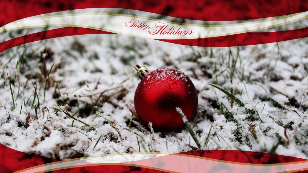 Красная ёлочная игрушка лежит на снегу на рождество - C Рождеством Христовым поздравительные картинки