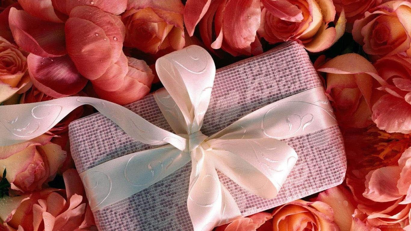 Подарок среди лепестков на День Святого Валентина 14 февраля - С днем Святого Валентина поздравительные картинки