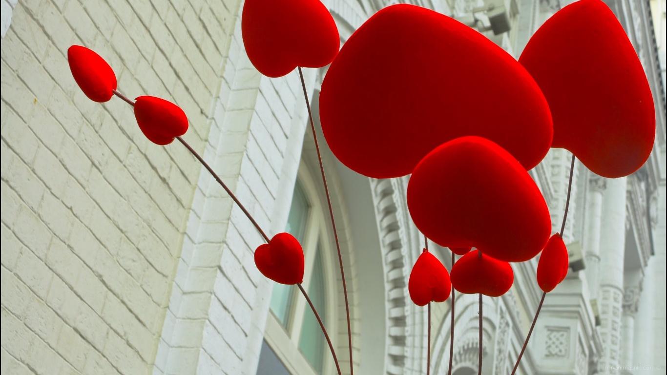 Сердца на фоне здания на День Святого Валентина 14 февраля - С днем Святого Валентина поздравительные картинки