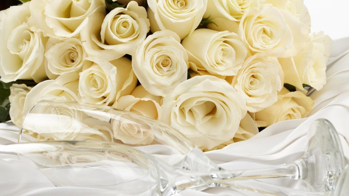 Жёлтые розы и бокал для шампанского для восьмого марта - C 8 марта поздравительные картинки