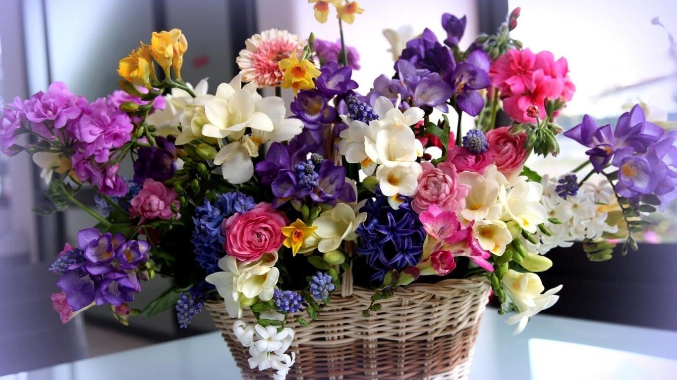 Красивый букет в корзине на восьмое марта - C 8 марта поздравительные картинки