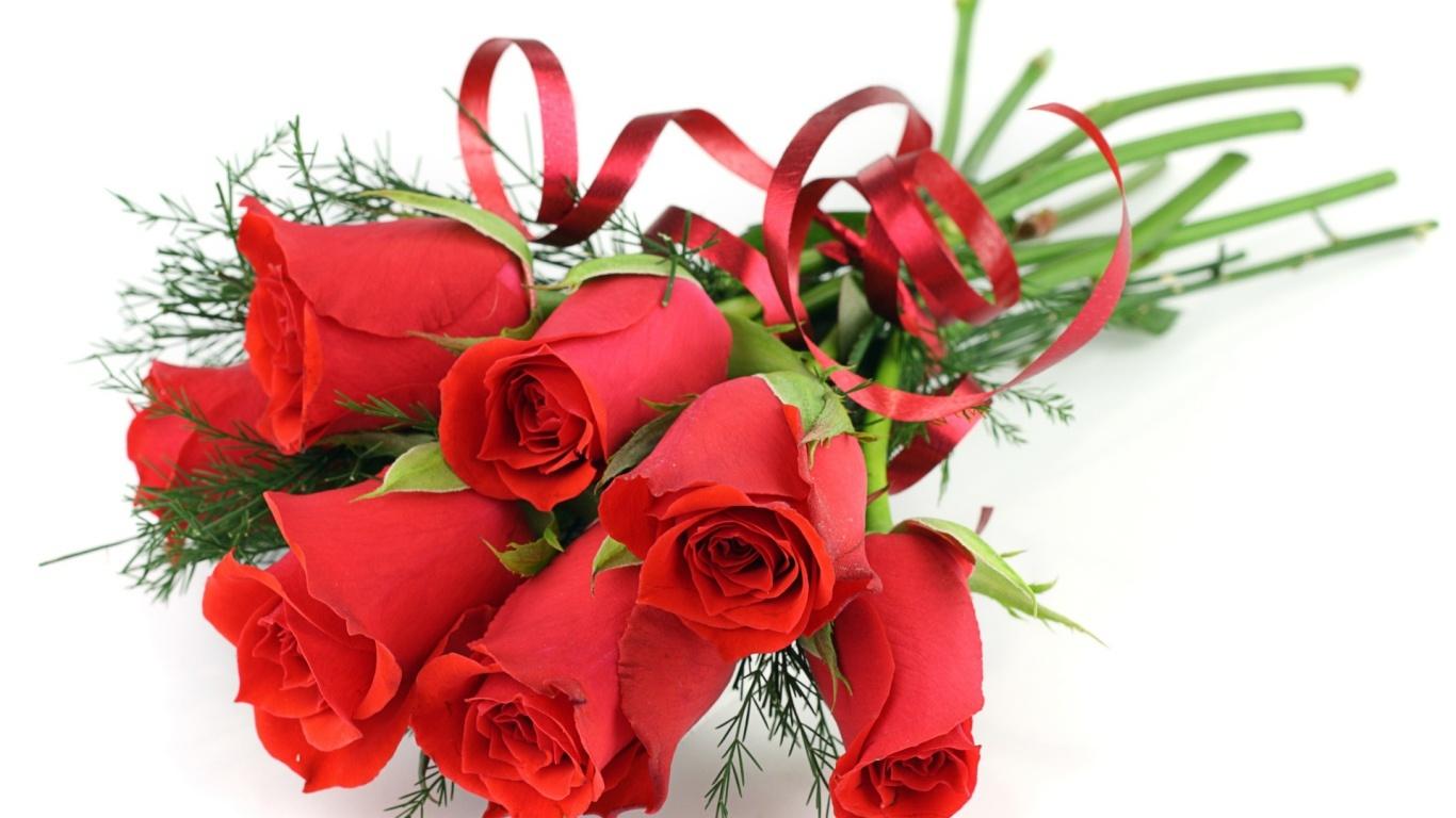 Украшенные красные розы на белом столе на  8 марта - C 8 марта поздравительные картинки