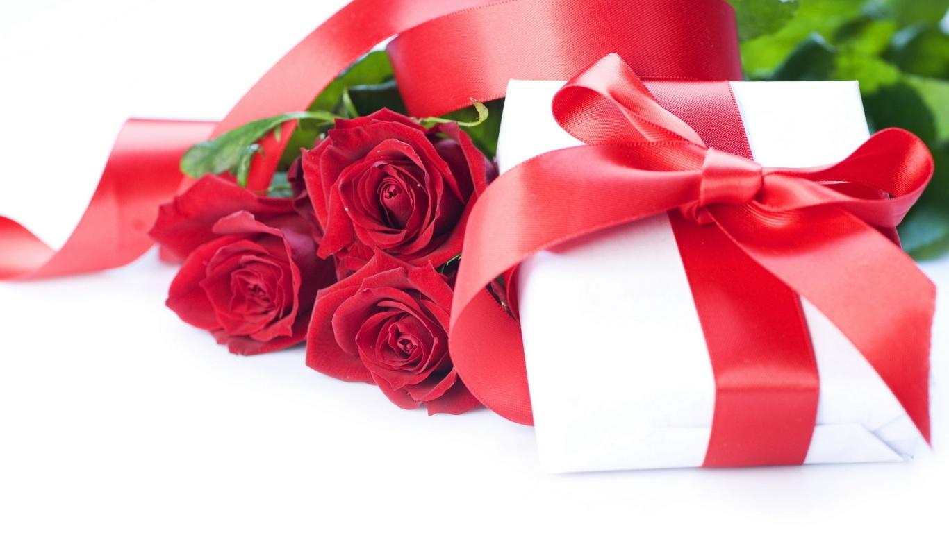 Красные розы и коробка с подарком на 8 марта - C 8 марта поздравительные картинки
