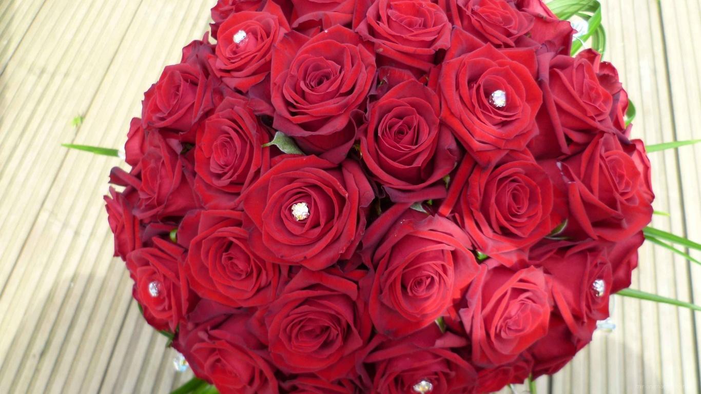 Круглый букет красных роз на 8 марта для любимой - C 8 марта поздравительные картинки