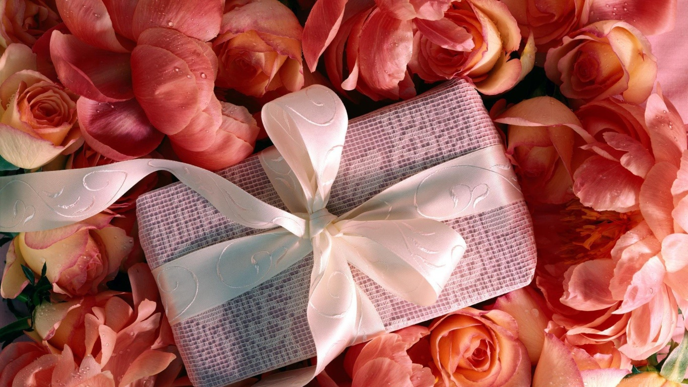 Подарок в букете цветов для любимой на 8 марта - C 8 марта поздравительные картинки