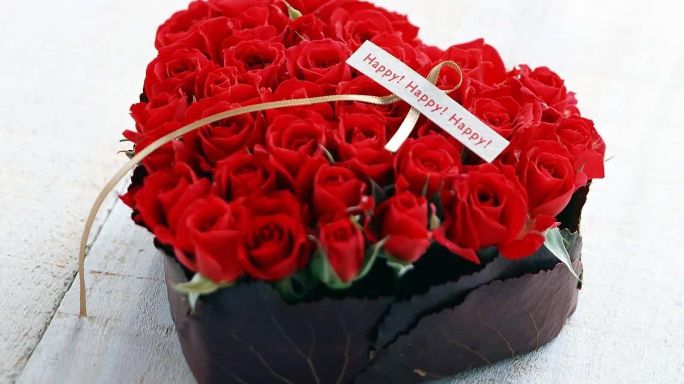 Красные розы на 8 марта в коробке в форме сердца - C 8 марта поздравительные картинки