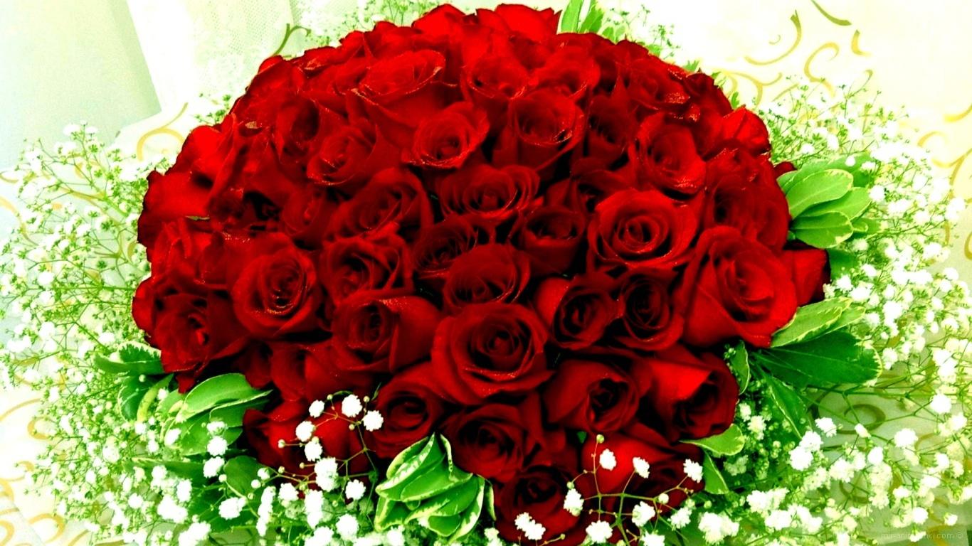 Красные розы на 8 марта с полевыми цветами - C 8 марта поздравительные картинки