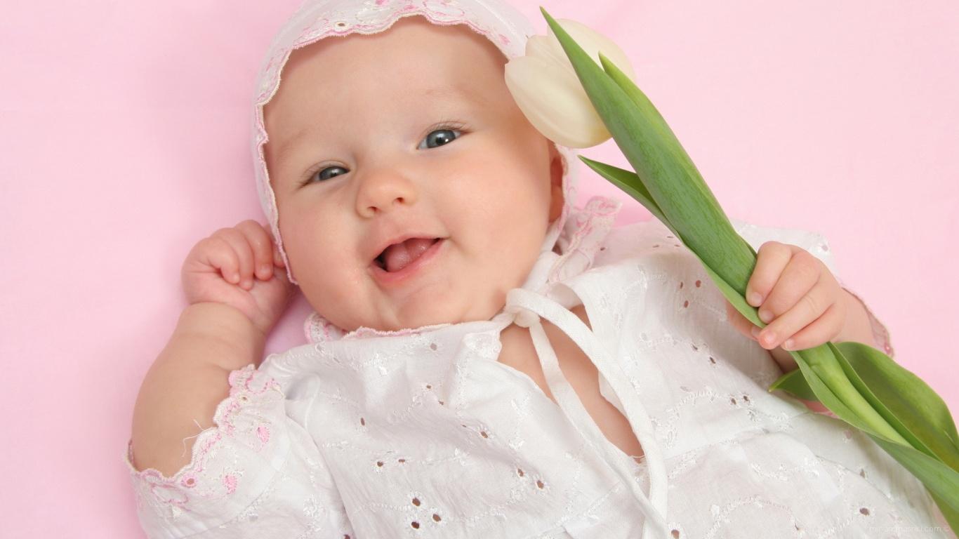 Малыш поздравляет маму с 8 марта - C 8 марта поздравительные картинки