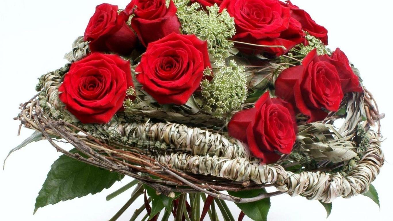 Красные розы на 8 марта в красивой бумаге - C 8 марта поздравительные картинки