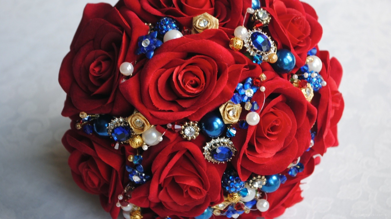 Красные розы на 8 марта с синими цветочками - C 8 марта поздравительные картинки