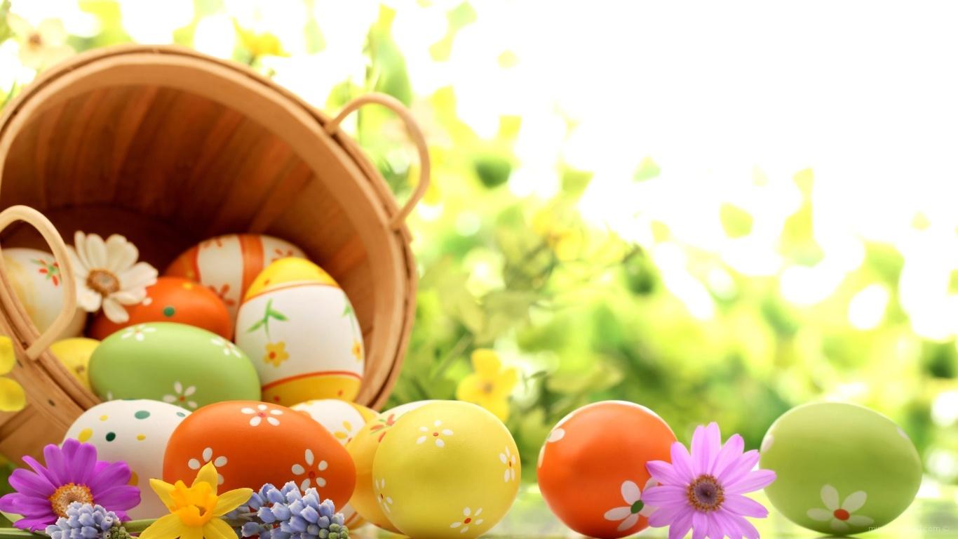 Корзина яиц на фоне зелени на Пасху - C Пасхой поздравительные картинки