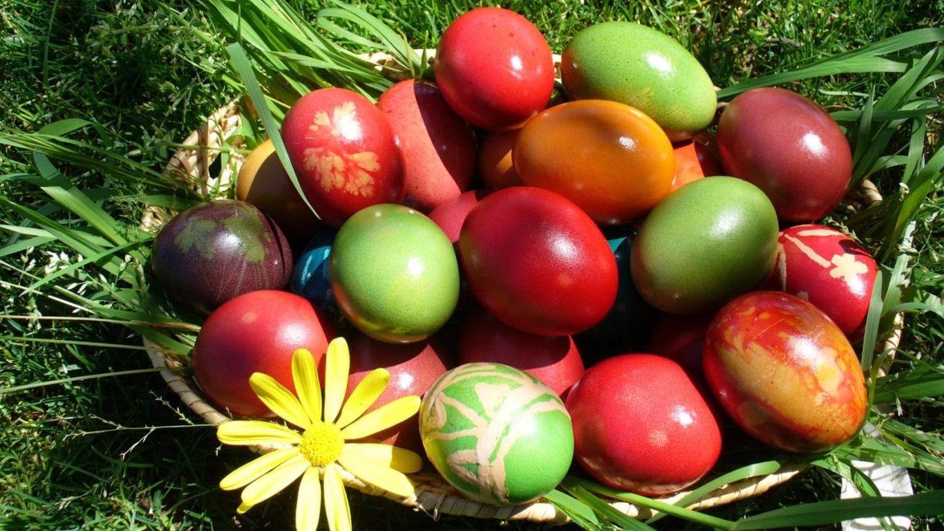 Корзина яиц на траве на Пасху - C Пасхой поздравительные картинки