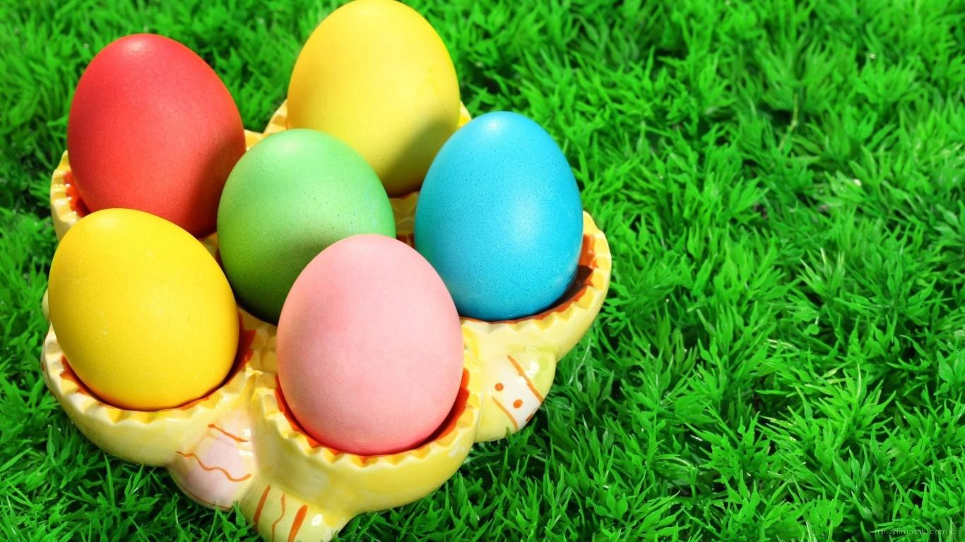 Разноцветные яйца на траве на Пасху - C Пасхой поздравительные картинки