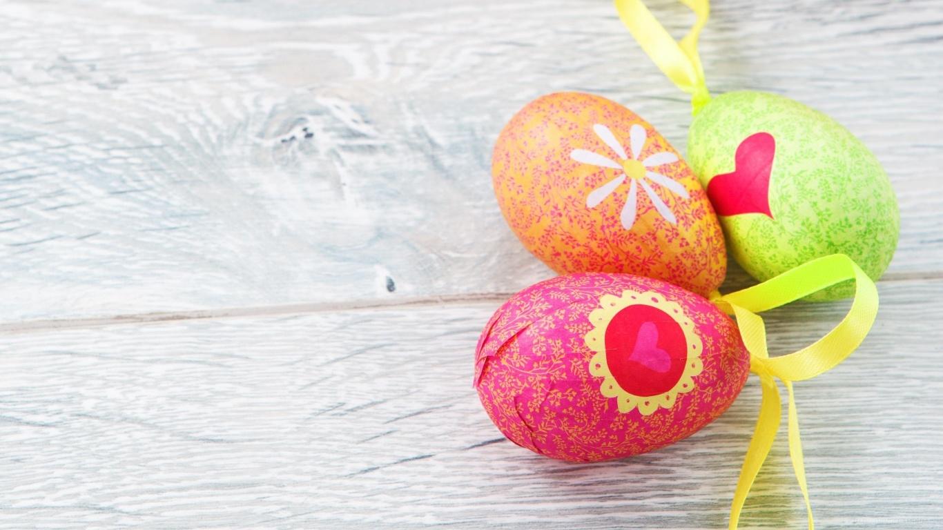 Яйца на деревянном столе на Пасху - C Пасхой поздравительные картинки