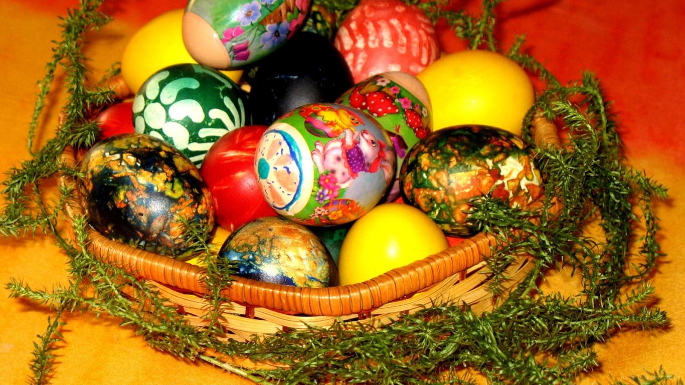 Яйца в корзине на Пасху - C Пасхой поздравительные картинки