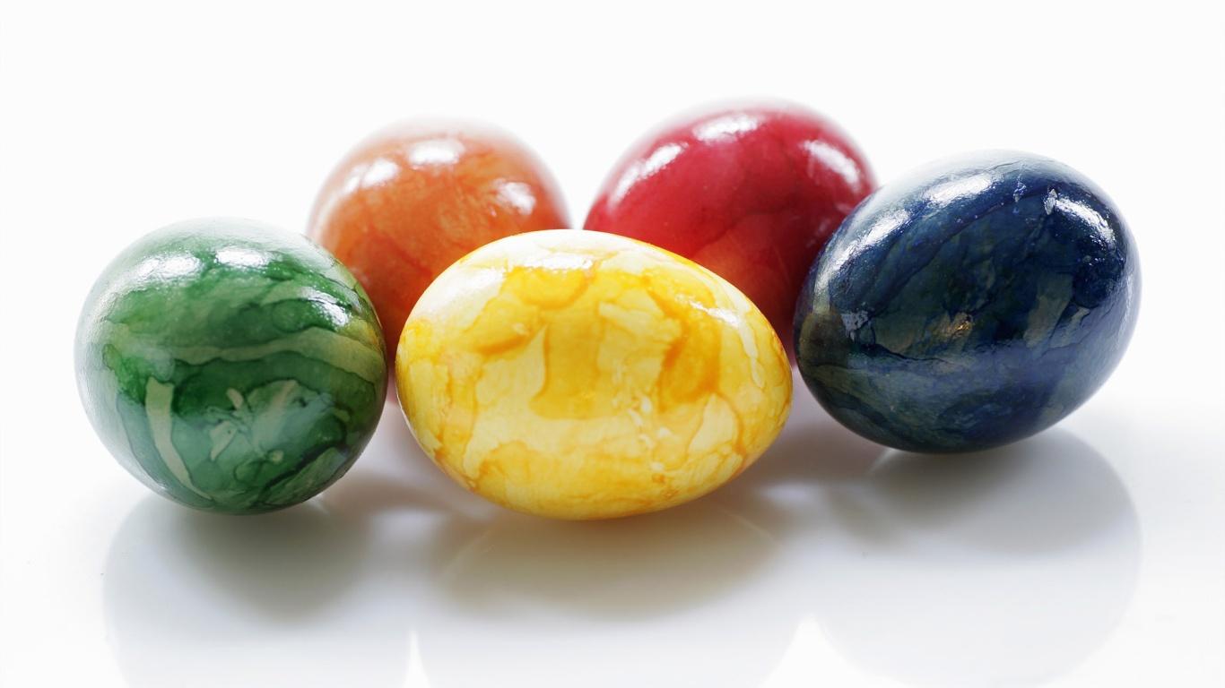 Яйца на белом фоне на Пасху - C Пасхой поздравительные картинки