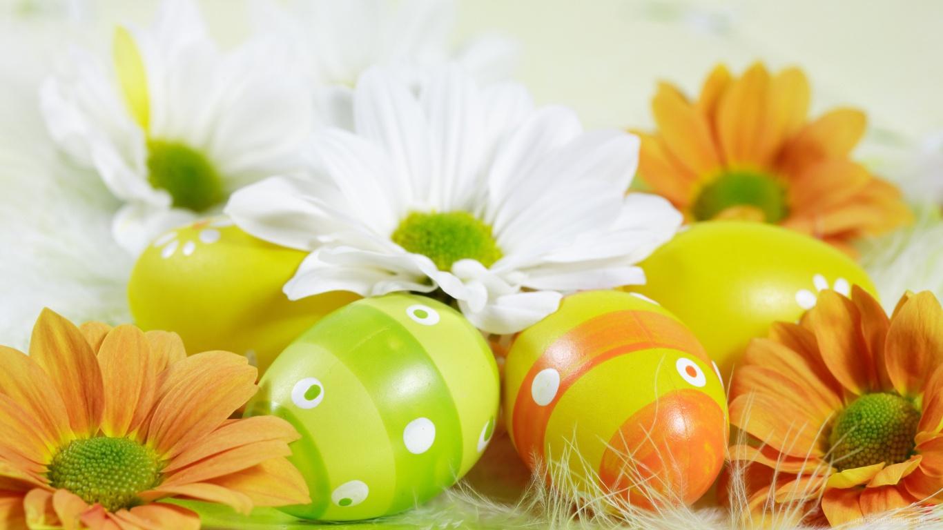 Яйца среди цветов на Пасху - C Пасхой поздравительные картинки