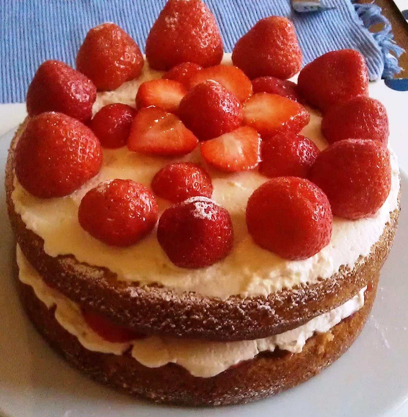 Вкусный торт ко дню рождения - С Днем Рождения поздравительные картинки