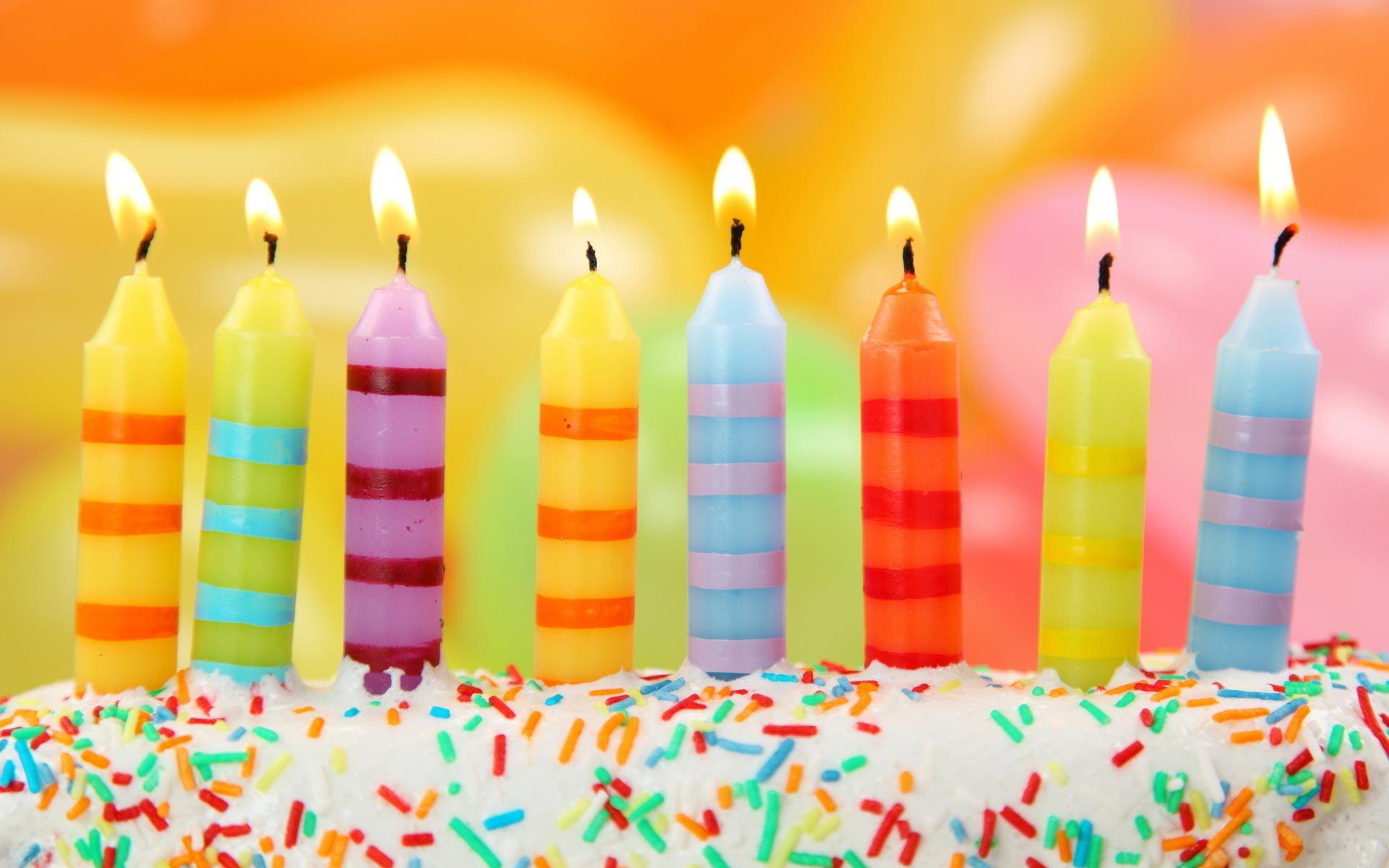 Красочные свечи на тортоe ко дню рождения - С Днем Рождения поздравительные картинки
