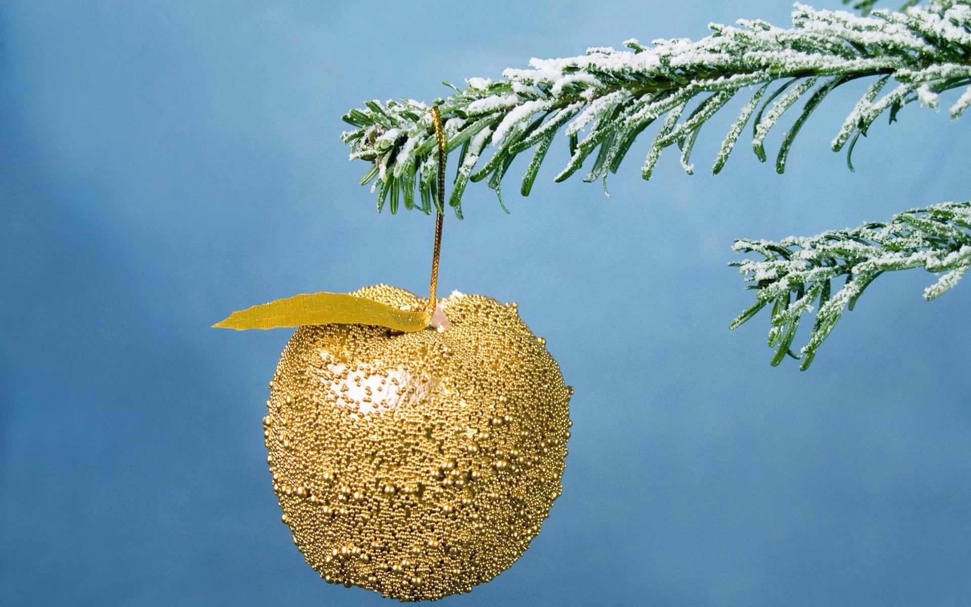 Золотое яблоко на елке - C Рождеством Христовым поздравительные картинки